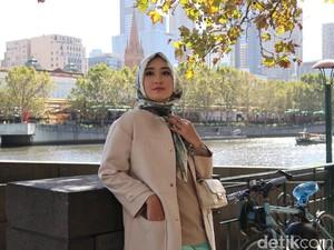 Foto: OOTD Saat Traveling ala Dian Pelangi dan Barli Asmara