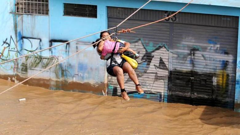 Penyelamatan Menegangkan Korban Banjir di Peru