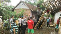 Anggota Polsek Ibun Ngencleng untuk Bantu Perbaiki Rumah Warga