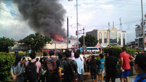 Api Lalap Minimarket di Pasar Senen