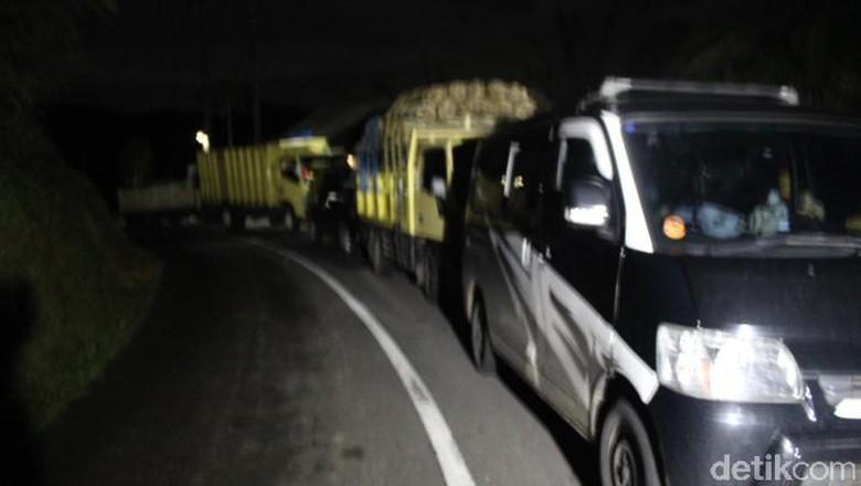Usai Longsor di Cisewu, Jalan ke Bandung Belum Bisa Dilewati