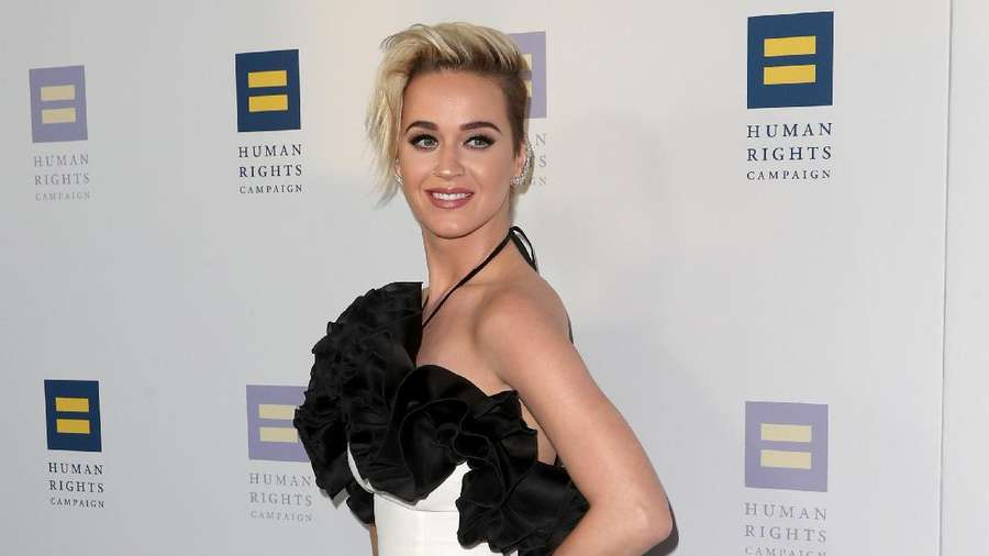 Sexy and Chic! Penampilan Katy Perry Bergaun Hitam-Putih