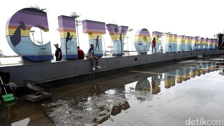 Menikmati Akhir Pekan di Pantai Losari