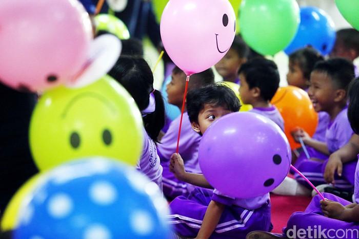 Memperingati Hari Dongeng Sedunia, PT Kereta Api Indonesia (PT KAI), menggelar acara dongeng bersama. Acara itu diikuti oleh puluhan anak PAUD.
