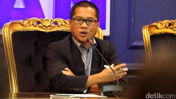 NasDem sudah deklarasi mendukung Ridwan Kamil untuk Pilgub Jabar. PAN pun memiliki wacana untuk mendukung Ridwan kemudian dipasangkan dengan salah satu kadernya. Hal itu disampaikan oleh Ketua DPP PAN Yandri Susanto di Gedung DPR, Kompleks Parlemen, Senayan, Jakarta, Senin (20/3/2017).