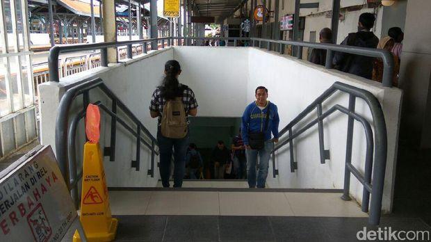 Penumpang berjalan melewati underpass di Stasiun Manggarai.