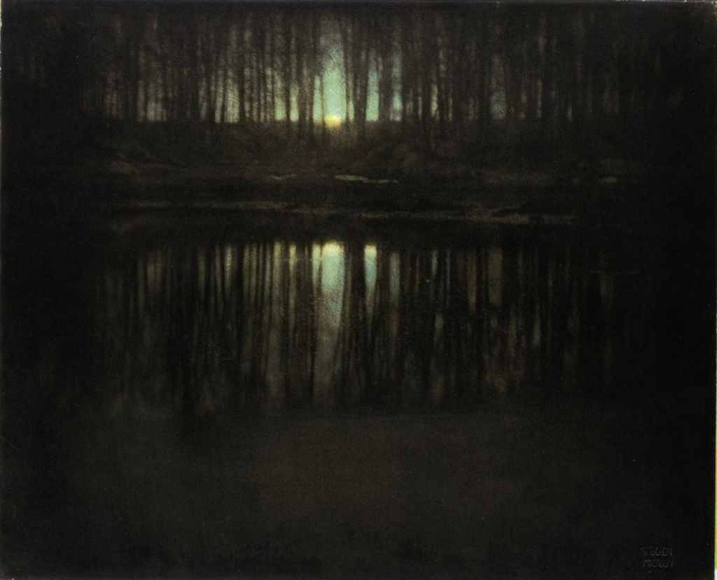 The Pond—Moonlight menjadi urutan ketujuh foto termahal yang diambil oleh Edward Steichen pada tahun 1904 di New York. Menampilkan hutan dan sedikit cahaya bulan. Dilelang oleh Balai Sotheby`s di New York tahun 2006 foto ini laku seharga USD 2,9 juta atau sekitar Rp 38 miliar. (Foto: Internet)