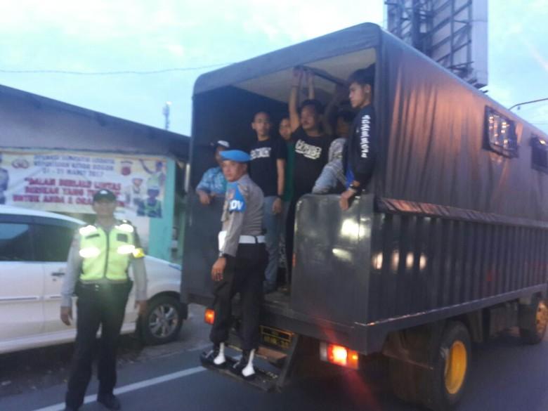 Angkot di Bogor Sempat Mogok, Polisi Angkut Penumpang Pakai Truk
