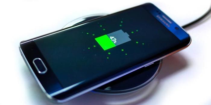Ilustrasi ponsel di-charge secara wireless. Foto: Internet