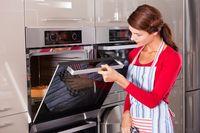 Masukkan adonan brownies dalam oven.