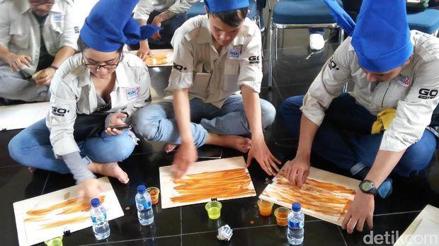 Risers Datsun Ikuti Kelas Inspirasi Bersama Maestro Pelukis Tanah Liat di Benteng Rotterdam Makassar