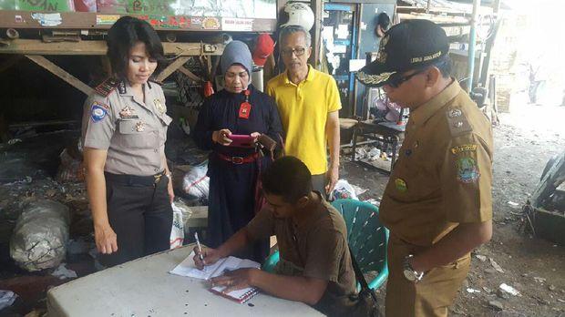 Warga Tangkap Pemulung yang Buang Sampah Kasur di Kali Bekasi