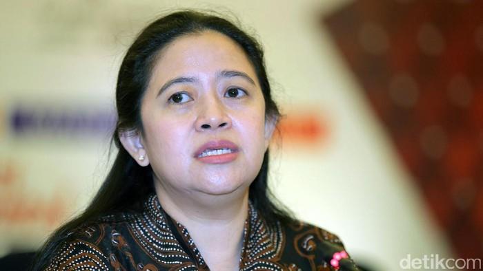 Menko PMK Puan Maharani memimpin rapat koordinasi membahas penyelenggaraan ibadah haji tahun 2017 di Kemenko PMK, Jakarta, Rabu (22/3/2017).