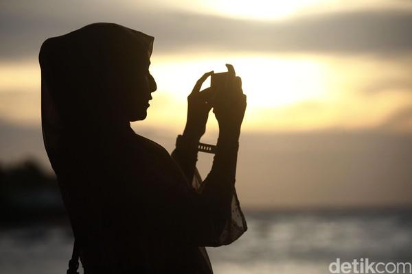 Saat senja datang, langit di atas Pantai Bira berubah drastis. (Muhammad Ridho)