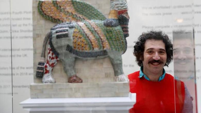 Seniman Michael Rakowitz di samping patung Lamassu  (dok. Reuters/Stefan Wermuth)