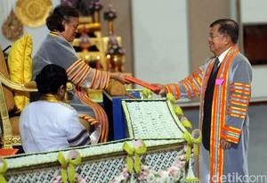 Putri Thailand Serahkan Gelar Doktor Honoris Causa ke Wapres JK
