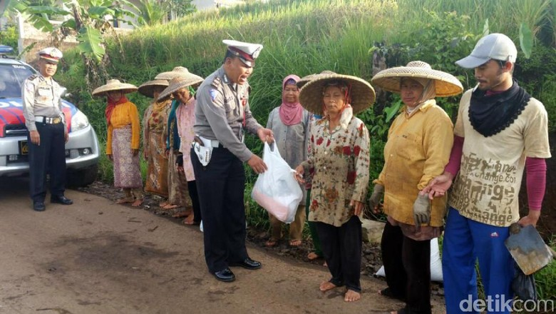 Tutup Operasi Simpatik, Polisi Cianjur Sumbang Pakaian