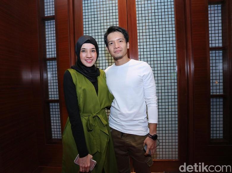Dhini Aminarti bersama Dimas Seto. Foto: Hanif Hawari/detikHOT