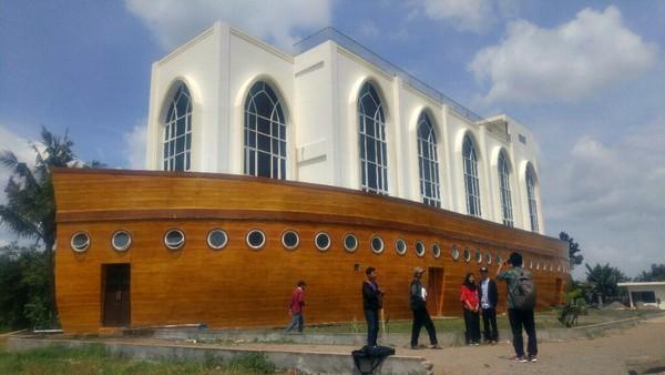 Bentuk kapalnya mengambil model dasar dari kapal Nabi Nuh. Masjid ini terletak di Jalan Kyai Padak, Kelurahan Podorejo, Kecamatan Ngaliyan, Semarang.(Angling/detikTravel)