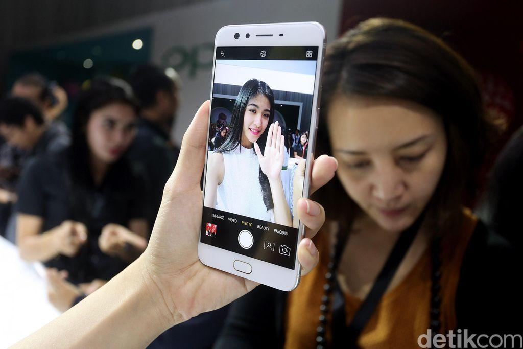 Ponsel F3 Plus punya layar 6 inch yang punya 16 juta warna dan resolusi Full HD. Oppo menyelimuti layar ini dengan Gorilla Glass 5.