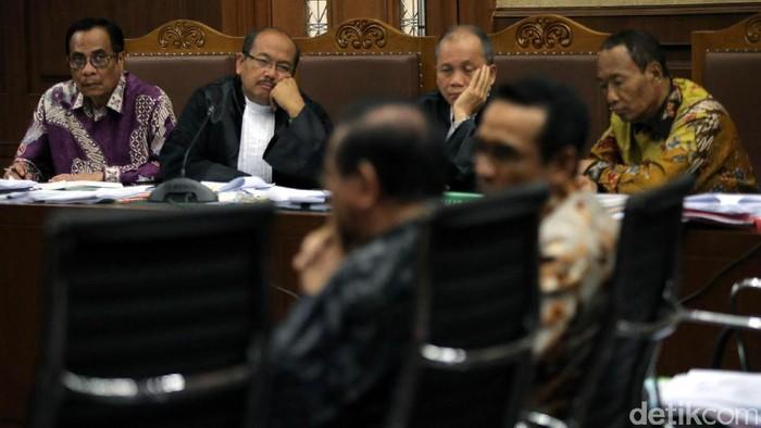 Irman paling kiri dan Sugiharto paling kanan (Foto: Agung Pambudhy/detikcom)
