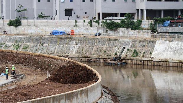Normalisasi sungai dilakukan dengan membersihkan bantaran sungai dari pemukiman dan mengeruk kedalaman sungai. Sementara, naturalisasi ala Anies enggan menggusur warga, tapi hanya menggeser.