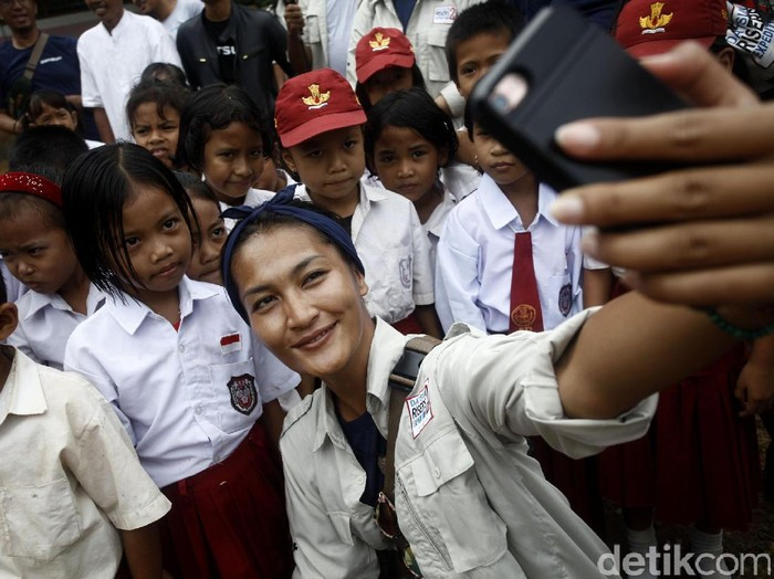 Datsun Risers Expedition 2 di Kota Makassar juga sempat mengunjungi sekolah dasar di pelosok Bulukumba. Disana, puluhan murid menyambut para risers dengan penuh suka cita.