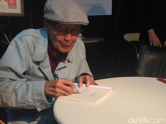 Sebuah acara peluncuran buku dan nyanyian puisi bertajuk 77 Tahun Sapardi Djoko Damono digelar tadi malam, Rabu (22/3/2017).