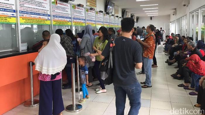 Antrean pembelian tiket di loket Stasiun Pasar Senen, Jakarta Pusat