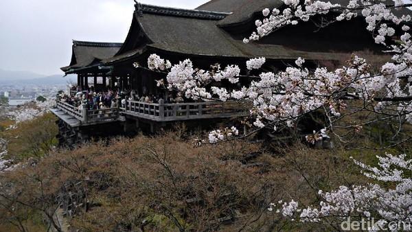 Kiyomizudera termasuk salah satu kuil paling populer di Kyoto, Jepang. Traveler dari berbagai negara tak jarang beramai-ramai mengunjunginya. Kuil tersebut berada di atas bukit di kawasan Higashiyama (Kurnia/detikTravel)