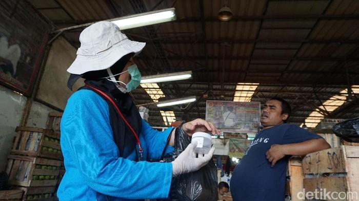 Petugas mengumpulkan sampel dahak untuk pemeriksaan TB di Pasar Induk Kramat jati (Foto: Foto: Uyung/detikHealth)
