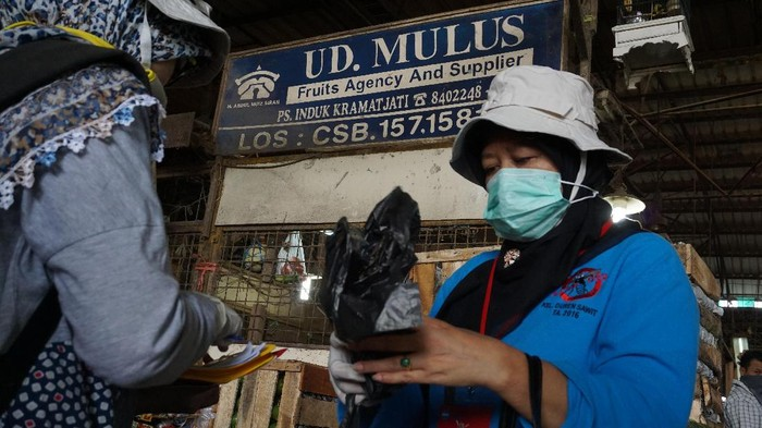 Petugas melakukan pemeriksaan TBC di Pasar Induk Kramat Jati Jakarta Timur (Foto: Uyung/detikHealth)