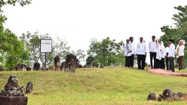 Presiden Jokowi mengunjungi kawasan objek wisata religi Pemakaman Mahligai Barus.