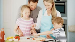 Mau Ajari Anak Memasak? Ini 5 Tips Mudah dari Tiga Chef Ternama