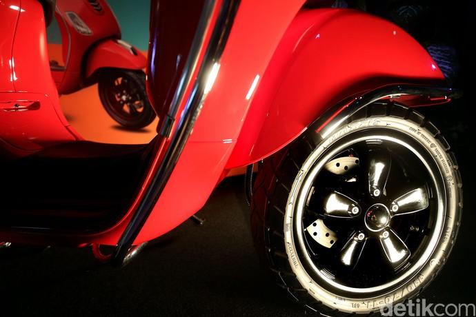 Vespa LX i-get 125 cc tersedia dalam tiga warna, yakni nero vulcano (hitam), rosso dragon (merah), dan giallo lime (kuning).