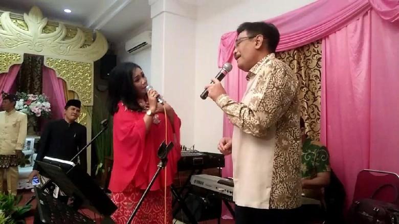 Djarot Nyanyi Panggung Sandiwara di Resepsi Pernikahan Warga