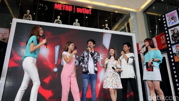 'Hangout With All Stars' kembali diadakan lagi. Kali ini bertempat di Transmart Cikokol, Tangerang, Banten, Sabtu (25/3/2017) keseruan bersama artis pendukung sangat terasa.
