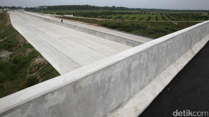 Pembangunan Jalan Tol Medan-Binjai Masih Terkendala Lahan — Para pekerja menyelesaikan proyek jalan tol Medan-Binjai seksi III, Sumatera Utara, Jumat (24/3/2017). Jalan tol sepanjang 16 km tersebut masih terkendala pembebasan lahan di seksi II (Semayang-Herletia) dan seksi I (Helvetia-Medan). Rencananya, jalan tol yang menjadi bagian Trans Sumatera tersebut akan selesai akhir tahun 2017. Namun untuk seksi III (Binjai-Semayang) sudah bisa digunakan pertengahan tahun atau musim lebaran. (Ari Saputra/detikcom)