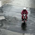 Ini Tipsnya Biar Naik Motor Tetap Aman Saat Hujan