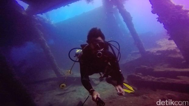 Diving di bekas kapal karam Amerika Serikat di Tulamben, Bali