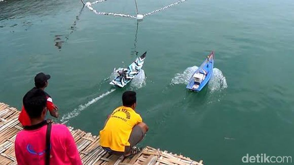 Unik, Ada Lomba Balap Miniatur Kapal Nelayan di Trenggalek