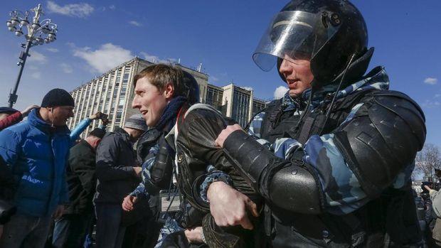 Polisi Rusia menangkap para demonstran