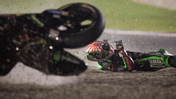 Johann Zarco sempat memimpin di Qatar, dalam balapan debutnya di MotoGP. Sial buat dia, rider Monster Yamaha Tech 3 itu akhirnya jatuh dan gagal finis. (Foto: Mirco Lazzari gp/Getty Images Sport)