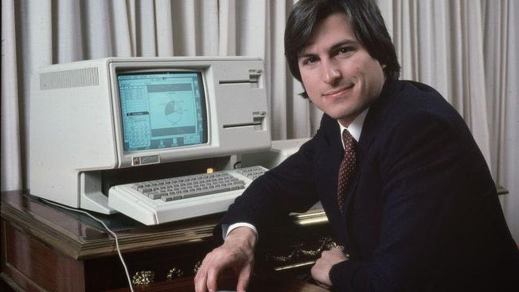 Apple LISA.Perangkat ini dirilis 1985. Kala itu perangkat komputer tersebut dilepas seharga USD 9.995 atau sekitar Rp 133 juta. Foto: Internet