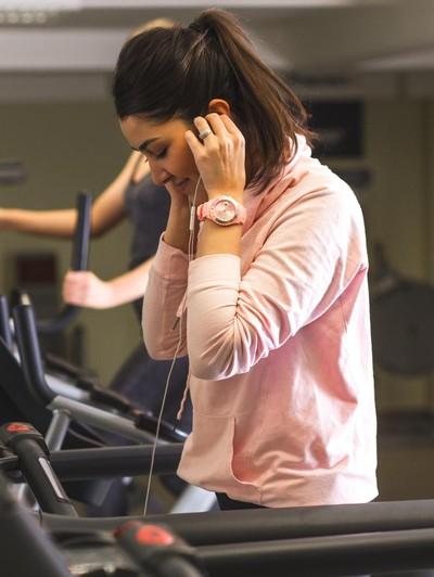 Ilustrasi wanita mendengarkan suara. Foto: thinkstock