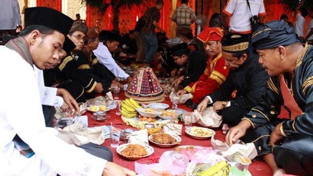 Orang Minang Juga Lakukan Makan Bersama dalam Bajamba yang Islami