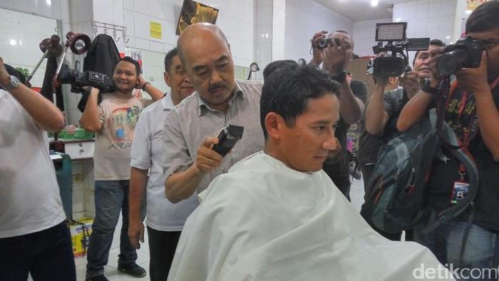 Sandiaga potong rambut di Ko Tang. (Aditya Mardiastuti/detikcom)