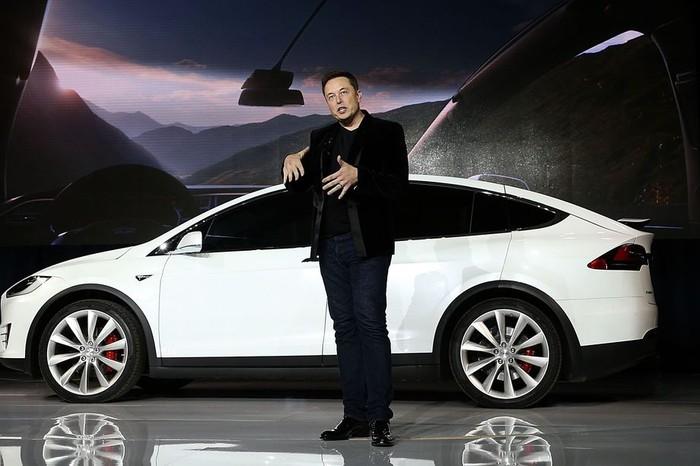 Foto: Elon Musk dan mobil Tesla (Recode)