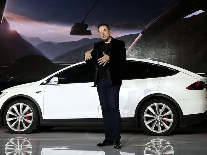 Elon Musk dan mobil Tesla