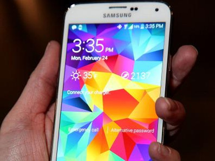 BERLIN, GERMANY - AUGUST 30:  A visitor tries out a Samsung Galaxy S III smartphone during a press day at the Samsung stand at the IFA 2012 consumer electronics trade fair on August 30, 2012 in Berlin, Germany. IFA 2012 will be open to the public from August 31 through September 5.  (Photo by Sean Gallup/Getty Images)